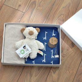 Cadou bebe: cearceaf pătuț, păturică și jucărie, 100% bumbac organic