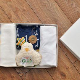 Cadou nou-născut: cearceaf pătuț, scutec muselină, pijama și jucărie, 100% bumbac organic